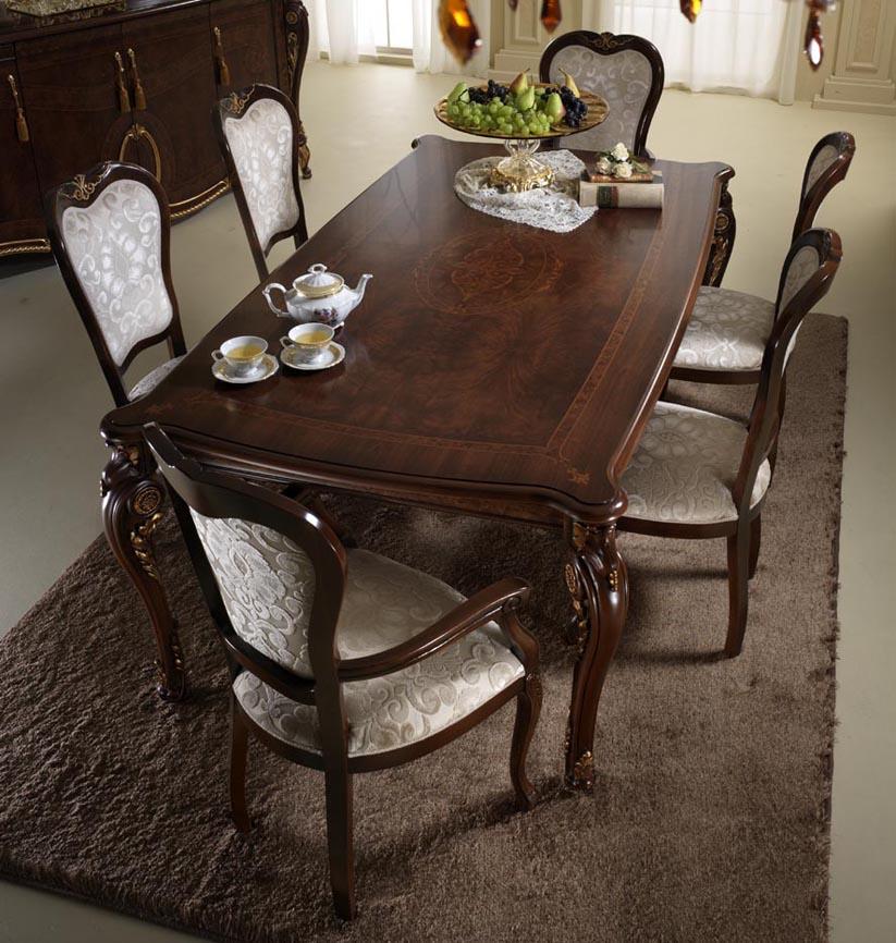 Стол и стулья в картине